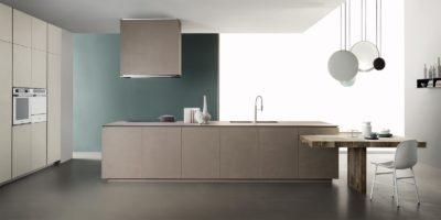 Cucina moderna con isola della collezione Obliqua di Ernesto Meda