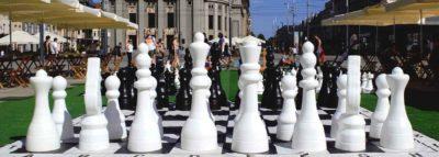Vista frontale di una scacchieragigante