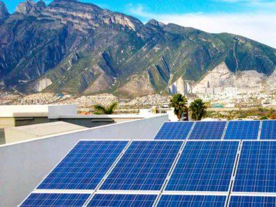Vista frontale di un lotto di pannelli solari per lo sfruttamento dell'energia solare