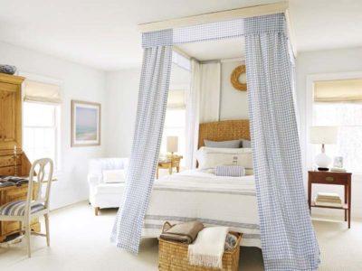 Vista di una camera da letto arredata in stile country con tonalità di bianco