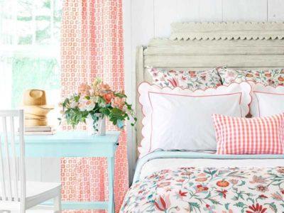 Vista di dettaglio di una camera da letto in stile country con tonalità chiare e piantine per richiamare la natura