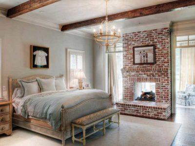 Vista di una camera da letto in stile country con camino