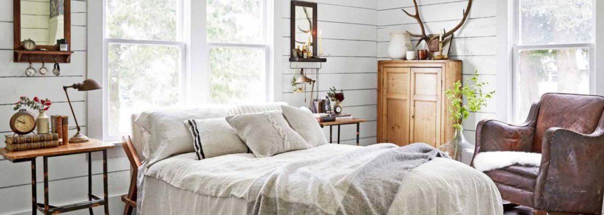 Vista di una camera da letto arredata in stile country