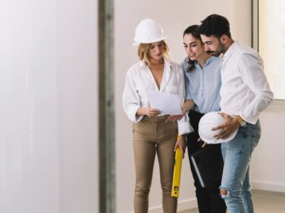 Coppia intenta a discutere con l'architetto che progetta la loro ristrutturazione