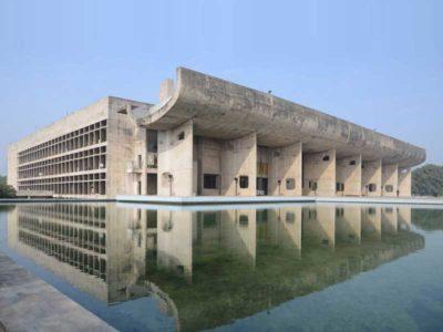 Vista esterna del Palazzo dell'Assemblea diChandigarh, progettato da Le Corbusier