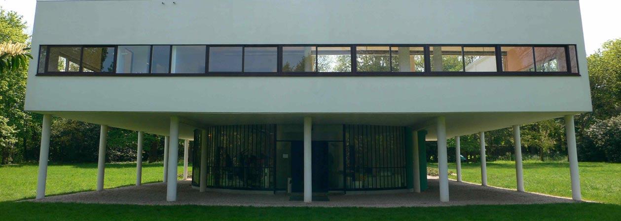 Vista frontale di Villa Savoye progettata dall'architetto Le Corbusier