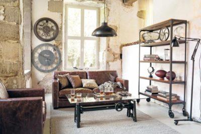 Vista frontale di un soggiorno arredato in stile industriale