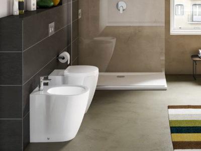 Vista di un bagno son sanitari sospesi e piatto doccia