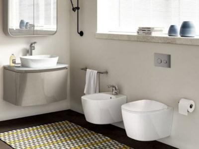 Vista di un bagno con sanitari sospesi e lavabo con mobiletto sospeso