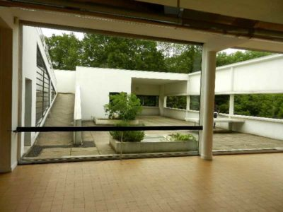 Vista delle ampie vetrate di Villa Savoye, progettata da Le Corbusier