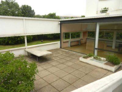 Vista dall'altro del giardino al piano superiore di Villa Savoye