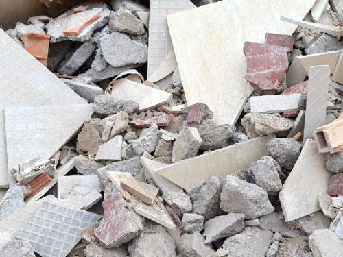 Calcinacci ammucchiati in attesa di smaltimento dopo opere di demolizione