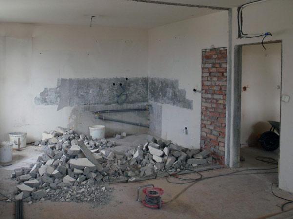 Rifiuti edili in attesa di corretto smaltimento dopo opere di demolizioni edili