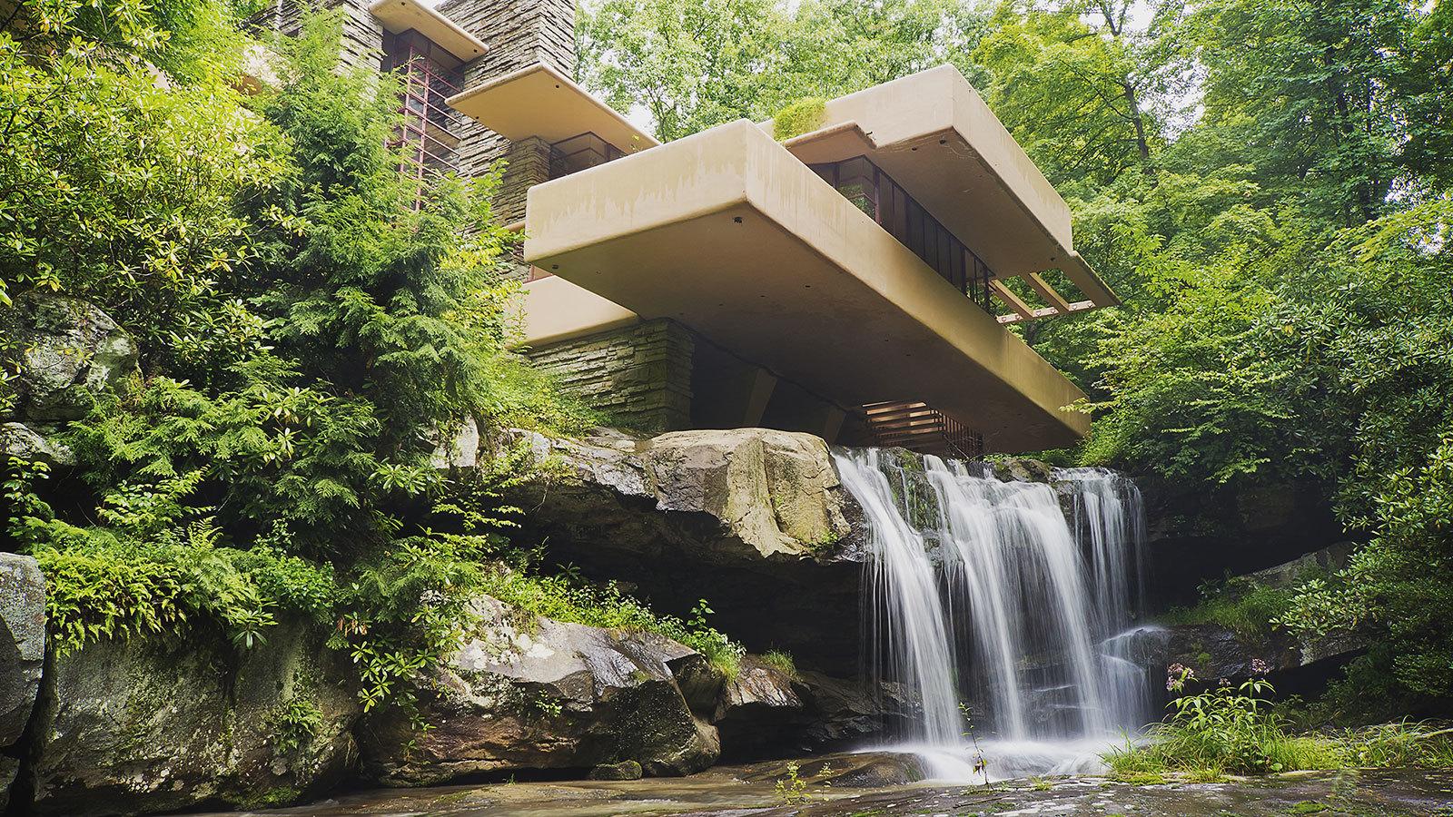 Vista dal basso della fallingwater house di Frank Lloyd Wright