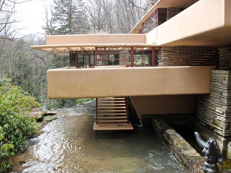 Vista laterale della fallingwater di Frank Lloyd Wright
