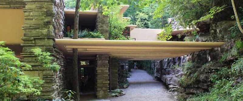 Vista dell'entrata della fallingwater house di Frank Lloyd Wright
