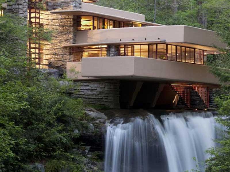 Vista esterna dell Fallingwater, la casa sulla cascata progettata da Frank Lloyd Wright