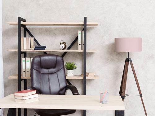 Vista di un ufficio in casa dallo stile industriale e colori chiari