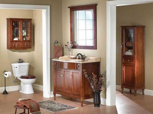 Vista di un bagno in arte povera con mobiletto in legno scuro con lavandino incastonato e di fianco water con rivestimento in legno