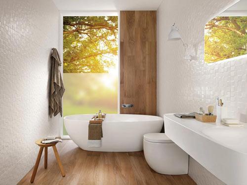Vista di un bagno arredato in stile moderno con colori del bianco e grande vasca di design
