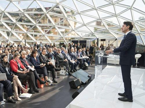 Foto dell'attuale premier Giuseppe Conte durante un discorso per il green new deal