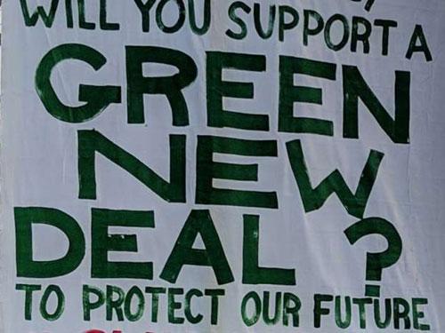 Foto di uno striscione esposto durante le ultime proteste ambientaliste che riporta la scritta: siete in grado di supportare il green new deal per proteggere il nostro futuro?