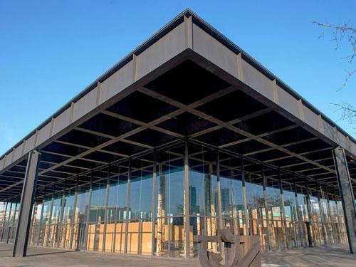 Vista esterna del Neue Nationalgalerie di Berlino progettato da Ludwig Mies Van der Roeh