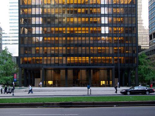 Vista esterna del Seagram Builging di New York progettato da Mies Van der Rohe