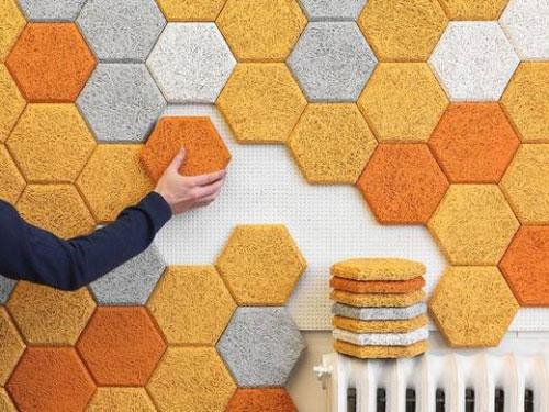 Vista di piastrelle colorate isolante installate su un muro a mosaico