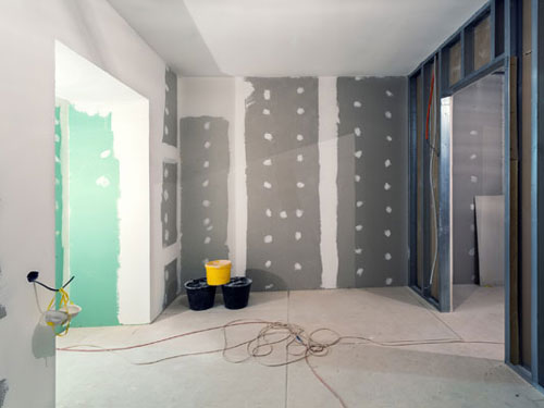 Vista di una stanza durante la realizzazione dei muri divisore e le fughe per gli impianti elettrici