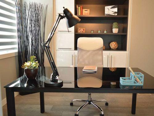 Vista di un ufficio ricavato in casa dal design moderno