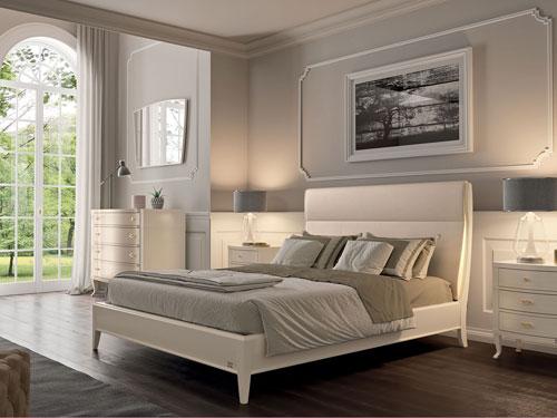 Vista di una camera da letto in stile classico dai colori bianco e lilla
