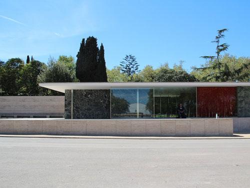 Vista esterna lato strada del Padiglione di Barcellona progettato da Ludwig Mies Van der Rohe