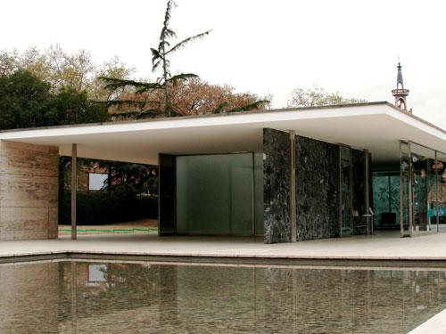 Vista esterna lato piscina del padiglione di Barcelona progettato da Mies Van der Rohe