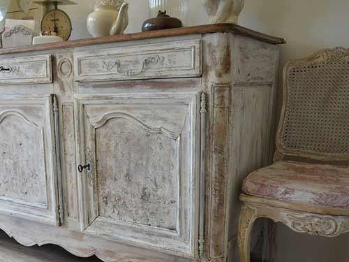 Vista di un mobile recuperato per arredare un soggiorno in stile provenzale