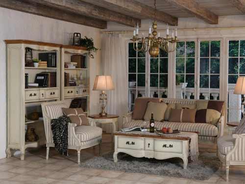 Vista di un salone arredato in stile provenzale con tinte panna