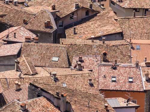 foto dei tetti di alcune case con tettoie in terracotta