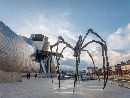 Vista di dettaglio delle installazioni all'esterno del Guggenheim Museum di Bilbao