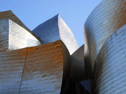 Vista ravvicinata dei particolari delle pareti del Guggenheim Museum di Bilbao