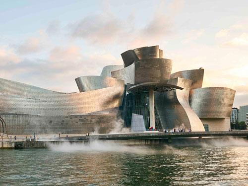 Vista esterna dal mare del Guggenheim Museum di Bilbao progettato da Frank Gehry