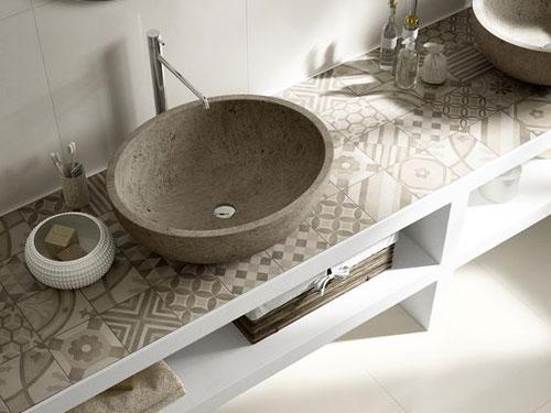 vista dall'alto di un lavello appoggiato su mobile da bagno dai colori terra