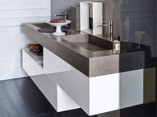 Vista laterale di una mobile da bagno con lavello ad incasso dai colori grigio e binano