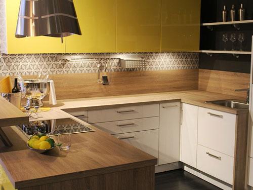 Vista di una cucina piccola con doppio angolo con ante gialle e cappa sospesa