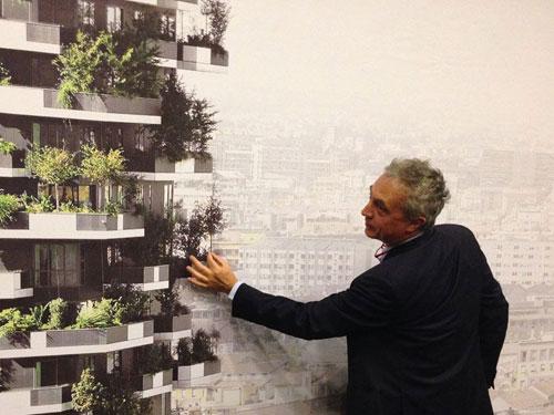 L'architetto Stefano Boeri mentre illustra il modello della sua opera principale, il bosco verticale