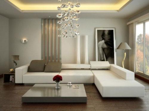 Salone in stile contemporaneo con divano bianco con chaise longue, tavolino e lampadario sferico