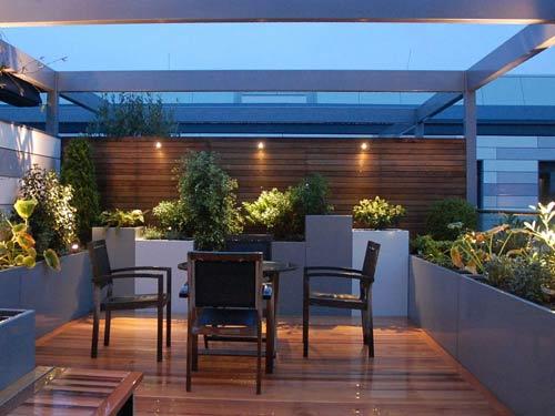 Tavolino all'esterno con illuminazioni da giardino