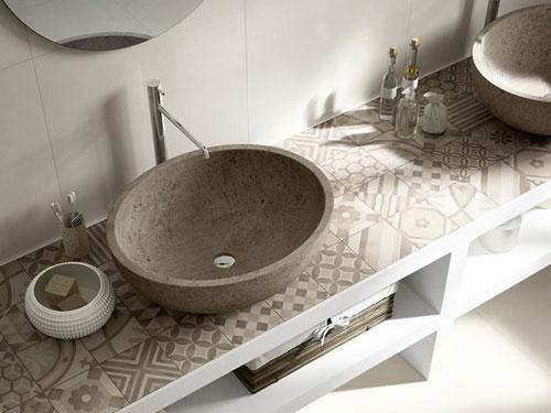Vista dall'alto dei rivestimenti di un bagno, nello specifico del lavandino e del mobiletto con cementine color terra