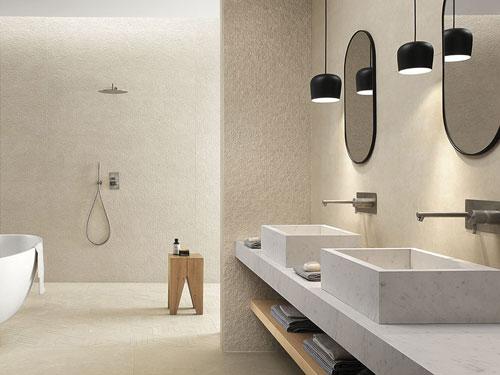 Vista panoramica di un bagno rivestito con piastrelle color terra chiare