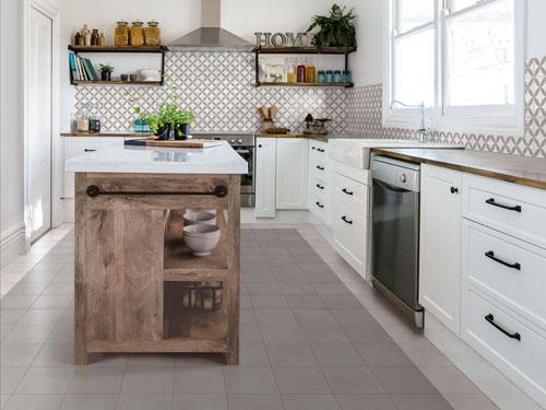 cucina con isola rivestita con piastrelle moderne bianche e terra