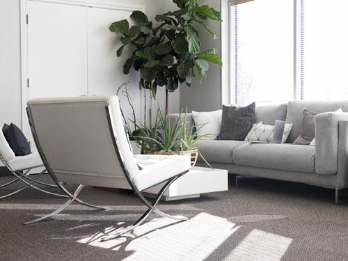 Salone in stile classico moderno con divano e doppia poltrona
